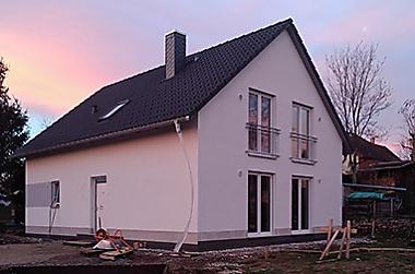 Wohnhaus-bauen-mit-grundstueckskauf Neubau eines Einfamilienhauses