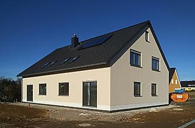 Wohnhaus-mit-grundstueck-bauen Neubau eines Zweifamilienhauses